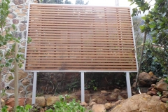 Wood-and-steel-screen-in-garden